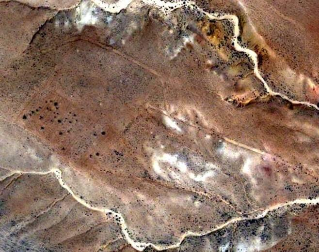 Identifying a Roman military camp in prospection with a high resolution QuickBird satellite image taken from the central area of Jebel Bishri, a mountain in Central Syria. © Eurimage.