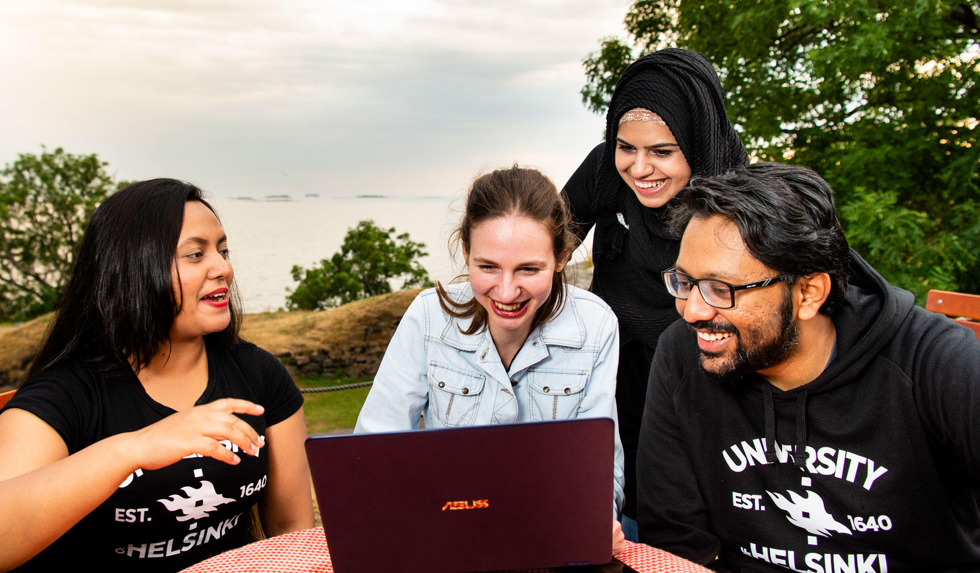University of Helsinki students studying at Suomenlinna.